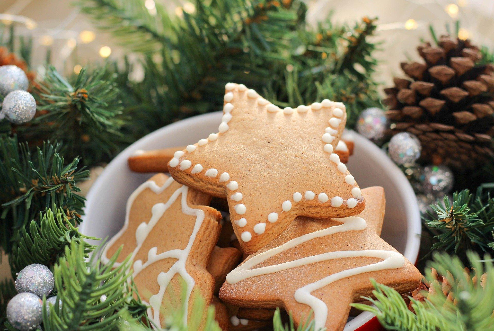 estrella de jengibre sobre fondo navideño