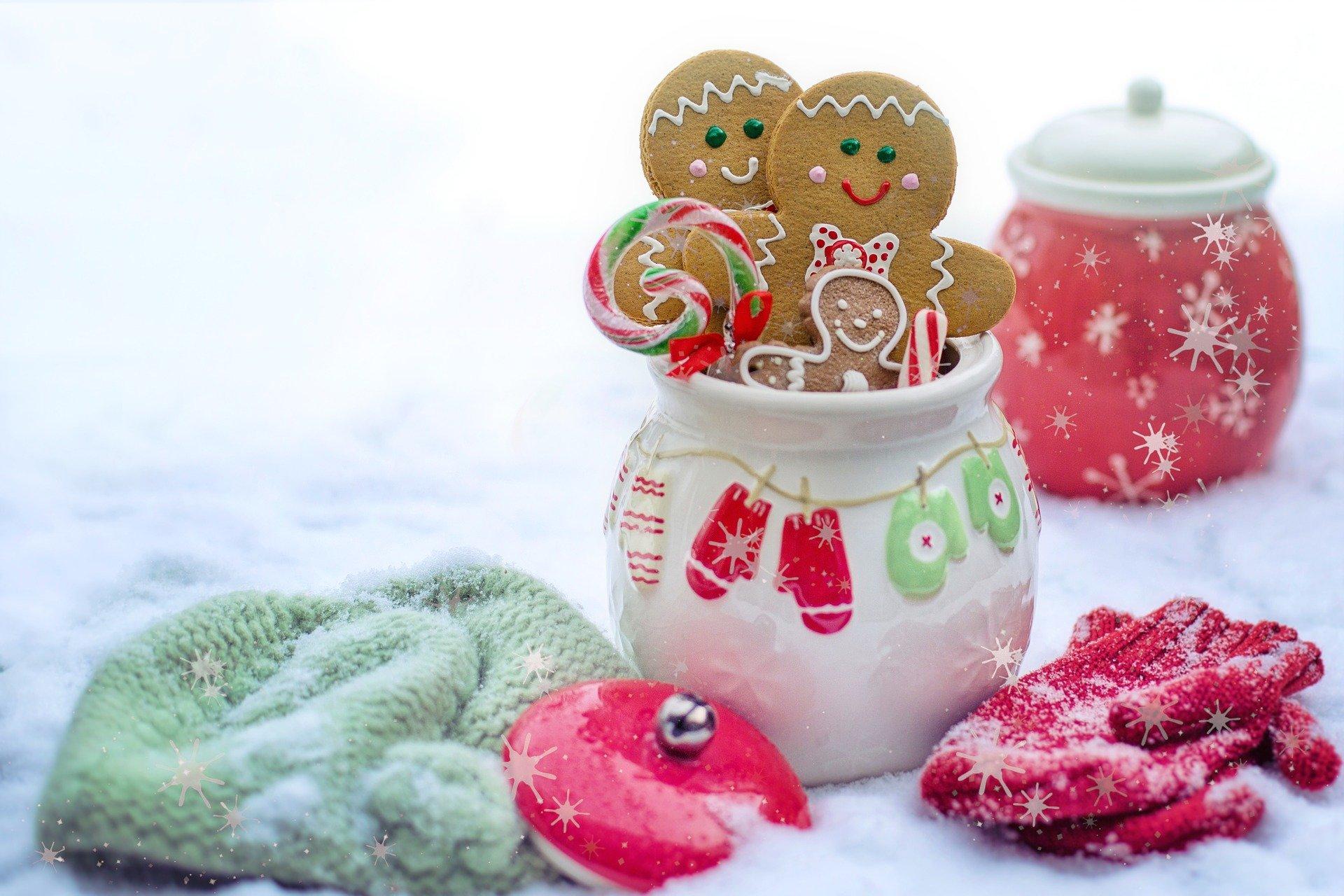 muñequitos de jengibre sobre decoración navideña
