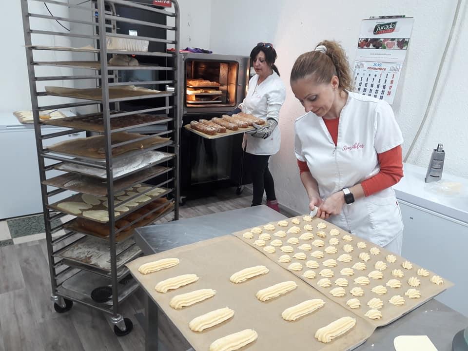 Rocío y Cristina, socias en El Obrador de Sensibles, pastelería 100% sin gluten en Córdoba