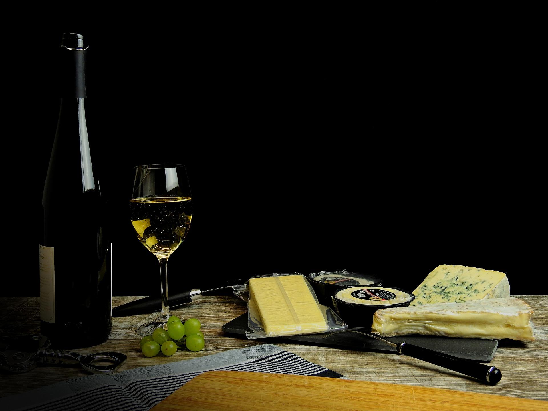 El vino blanco con barrica es perfecto para los quesos fuertes