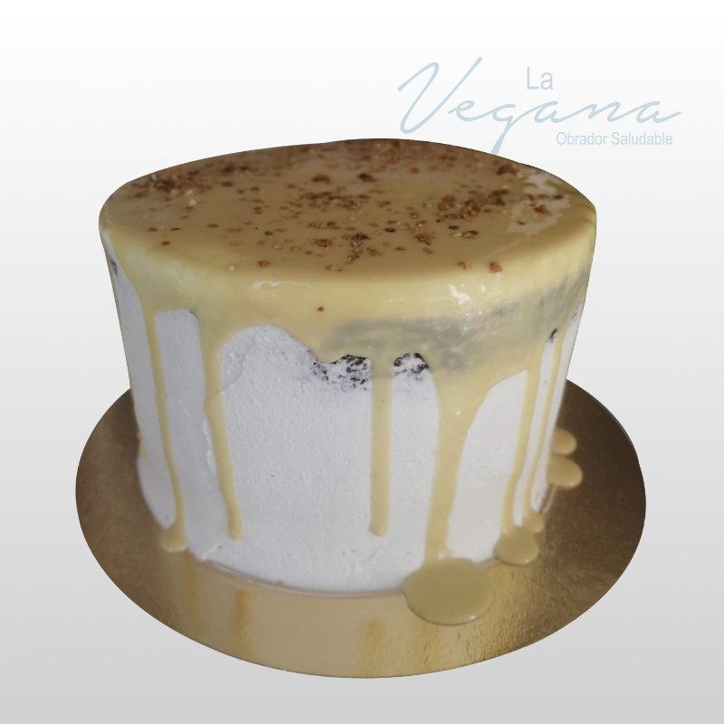 La tarta de chocolate, caramelo salado y queso es una dulce delicia de la Pastelería La Vegana