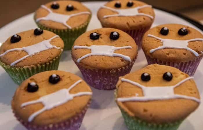 Los cupcakes con forma de mascarilla protagonizan muchos escaparates pasteleros