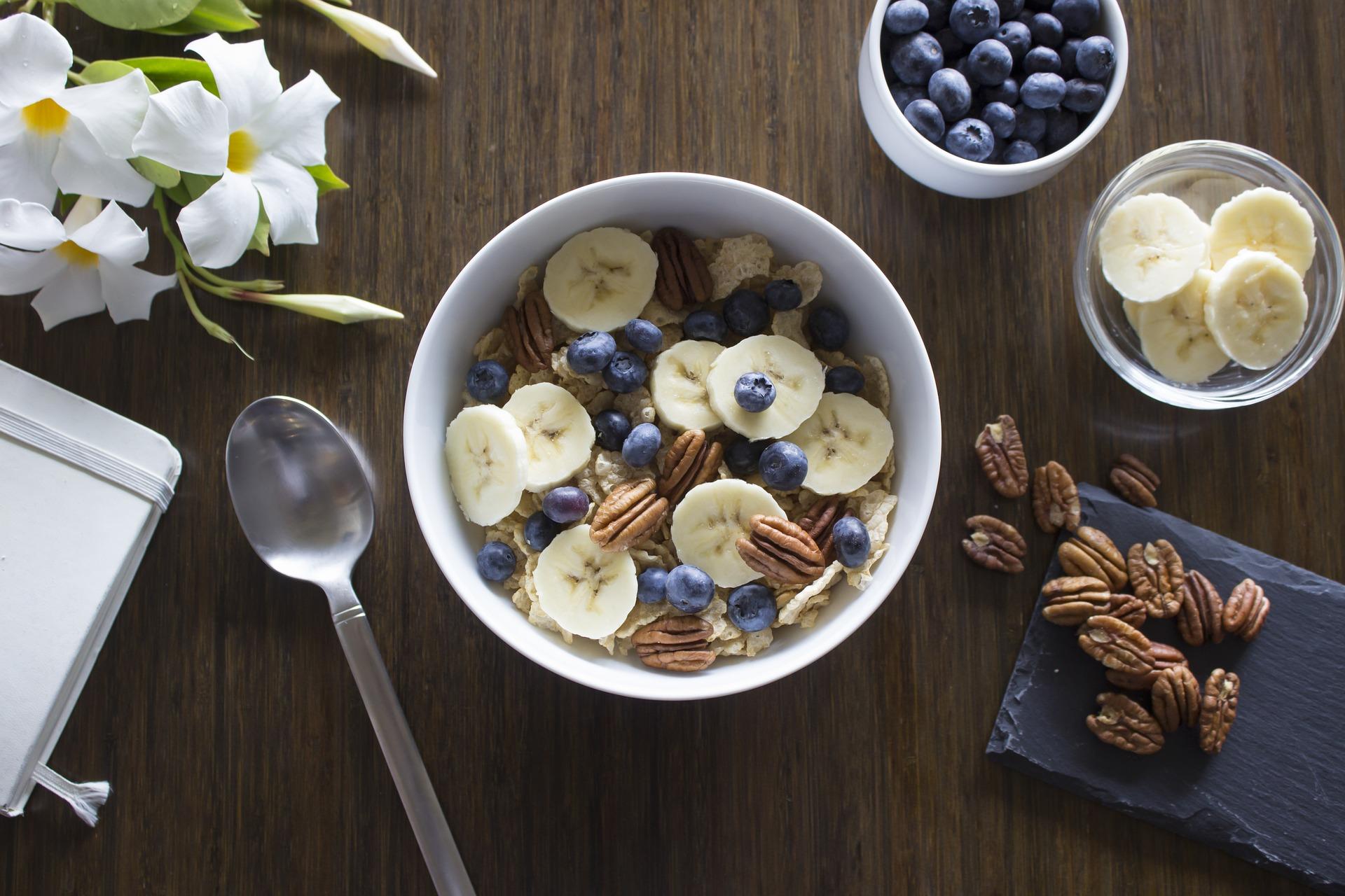 Un buen desayuno siempre contiene fruta y cereales