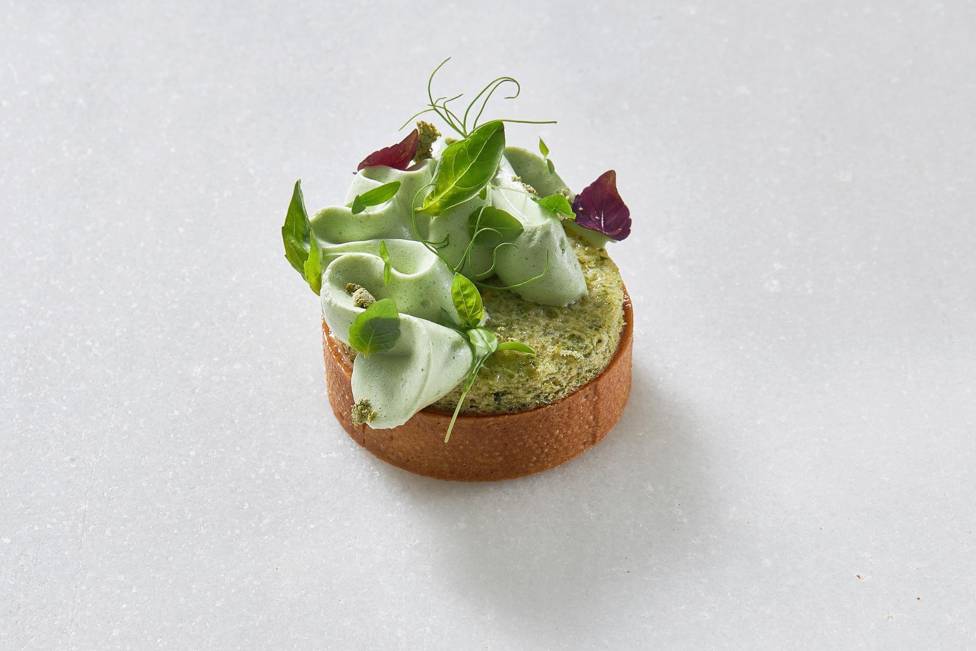 Tartaleta de limón y albahaca con hierbas frescas